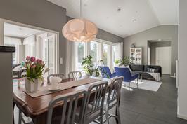 Olohuone ja keittiö avointa, yhtenäistä tilaa