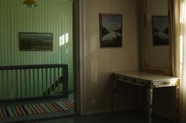 Yläkerran aula ja porraskäytävä