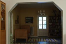 Yläkerran kirjastohuone, käynti parvekkeelle