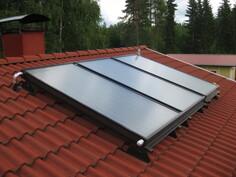 Kuvassa aurinkolämmityslaiteiston kennot katolla.