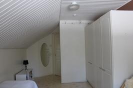 Makuuhuone 2, muurin kaksoispellitys yläkerrassa