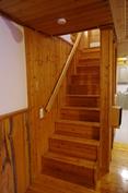 Alakerrasta asuinkerrokseen menevät portaat.