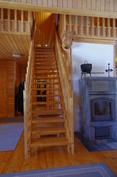 Olohuoneesta parvelle menevät portaat.