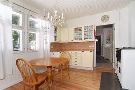 keittiö, ovi kodinhoitohuoneeseen