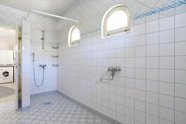 suihkutila, josta käynti saunaan, takkah:een ja khh:een