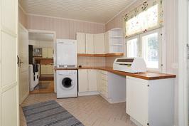 kodinhoitohuone, jossa vaatehuone ja käynti saunaos ja takapihalle