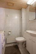 Alakerran wc, jossa paikka pyykinpesukoneelle