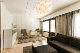 Tilava ja valoisa olohuone, josta käynti takapihalle