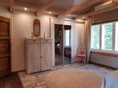 Yläkerran toinen makuuhuone, ikkuna pohjoiseen, vaatehuone