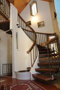 Hallin näyttävä portaikko