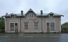 Talon ja kadun välissä sade ja salaojat. Talon alapohja onseisomakorkuinen kellari