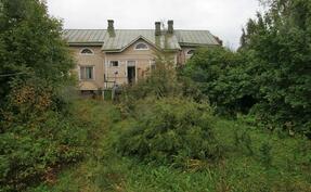 Talon alla on liki seisomakorkuinen alapohja.Rakennus on maalauttu kuvan oton jälkeen