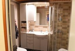 Kylpyhuone, jossa WC.