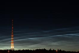 Parvekkeelta on matkaa Radiomastoille  linnuntietä 500 m. Kuva otettu Launeen puistosta.