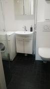 Kph:n lattia on samaa kiveä kuin keittiössä ja eteisessä. WC istuin on seinämallia.