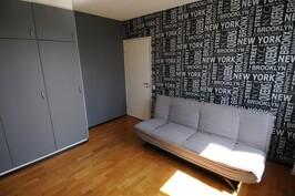 Toista makuuhuonetta voi käyttää toimistona, teinin huoneena tai vierashuoneena.