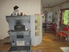 Olohuoneen vuolukivileivinuuni, taustalla keittiö