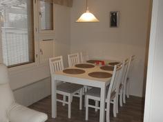 ruokailutilaan mahtuu 6 hengen pöytä