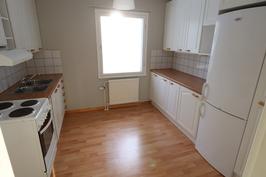 Keittiössä hyvin työtilaa, paikka mikroaaltouunille, Jääkaappi/pakastin ja liesi/uuni