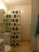 Raikas kylpyhuone kaappeineen