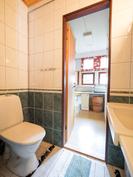 Alakerran wc, taustalla vaatehuone