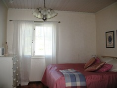 Alakerran makuuhuone 1