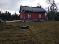Talo takapihalta päin