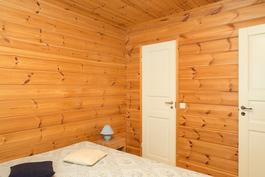 Varasto alakerran makuuhuoneen yhteydessä.