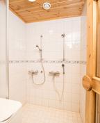 Kylpyhuone kahdella suihkulla. Liitäntä pyykkikoneelle.