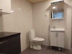 Kylpyhuoneen yhteydessä toinen WC.