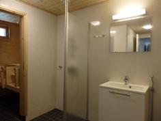 Vaaleansävyinen siisti kylpyhuone.