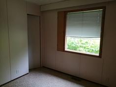 Pienen makuuhuoneen ikkuna sivupihalle.