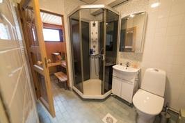 Kylpyhuoneessa on toinen WC, reilunkokoinen suihkukaappi sekä pyykinpesukone/kuivausrumpu