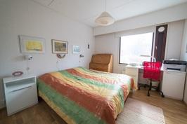 Päämakuuhuone sijaitsee aurinkoisellapuolella. Sen yhteydessä on vaatehuone.