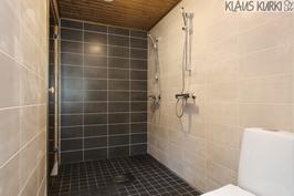 Pesuhuone, jossa myös wc-istuin.