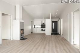 Olohuone ja keittiö yhtenäistä korkeata tilaa.