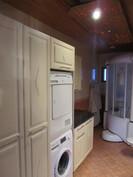 Kylpy-/kodinhoitohuone, katossa kuituvalot