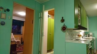Käynti takkahuoneeseen, khh/kph/s:n ja keittiö oikealla