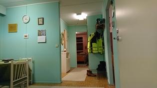 Eteinen khh:sta, oikealla takkahuone ja oh, vasemmalla keittiö ja sisäänkäynti.