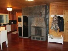 Hopealoimun takka ja keittiö, sekä saunan ovi oikealla