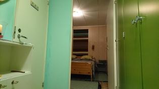 Makuuhuone eteisestä, vessa vasemmalla