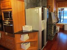 Jääkaappi, jääpalakoneella ja takka