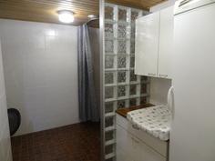 pesuhuone, hoitopöytä, kaapistoja