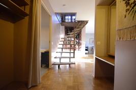 Eteiskäytävää ja portaat yläkertaan