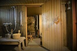Käynti vanhaan saunaan alakerrassa