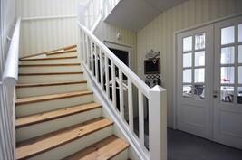 Viehättävät portaat ja lasipariovet