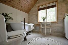 Yläkerran kylpyhuone on uusittu kokonaan