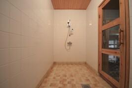 Kylpyhuone alakerrassa + tilassa myös käsienpesuallas