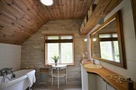Yläkerran kylpyhuone + wc