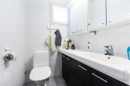 Alakerran kalustettu wc